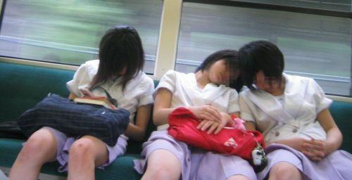 【画像】 電車で大胆に座ってる女子高生の無防備な太ももがエロ過ぎww 38枚 No.17