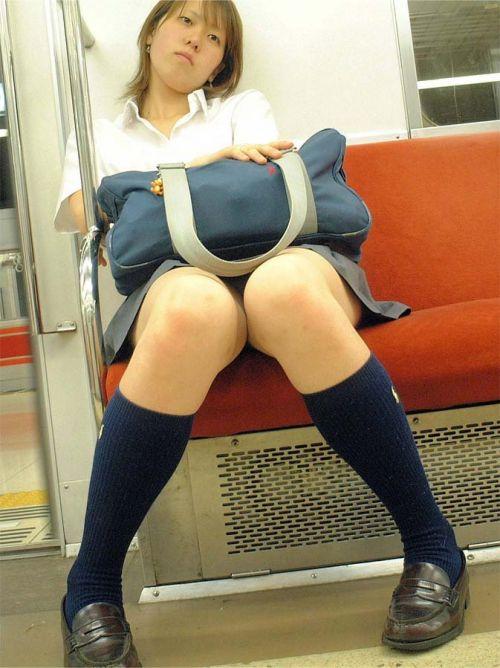 【画像】 電車で大胆に座ってる女子高生の無防備な太ももがエロ過ぎww 38枚 No.21