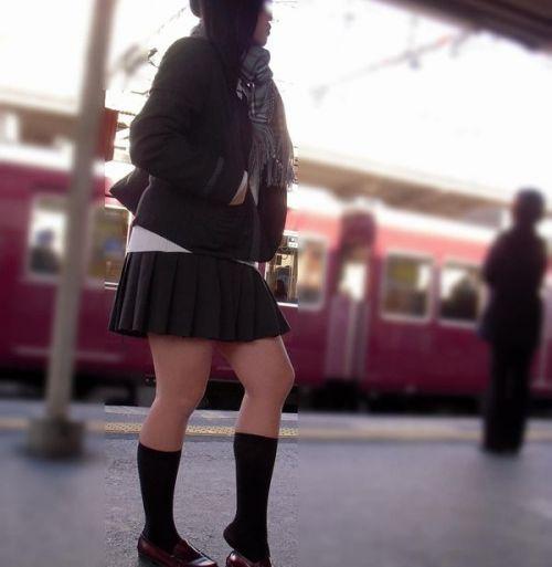 【画像】 電車で大胆に座ってる女子高生の無防備な太ももがエロ過ぎww 38枚 No.22