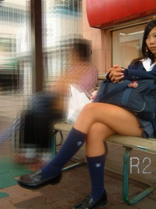 【画像】 電車で大胆に座ってる女子高生の無防備な太ももがエロ過ぎww 38枚 No.23