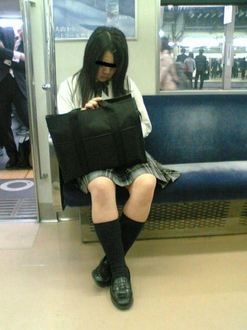 【画像】 電車で大胆に座ってる女子高生の無防備な太ももがエロ過ぎww 38枚 No.25