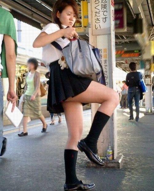 【画像】 電車で大胆に座ってる女子高生の無防備な太ももがエロ過ぎww 38枚 No.26