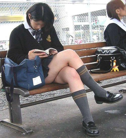 【画像】 電車で大胆に座ってる女子高生の無防備な太ももがエロ過ぎww 38枚 No.27