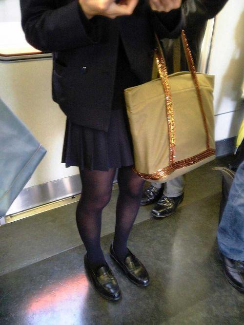 【画像】 電車で大胆に座ってる女子高生の無防備な太ももがエロ過ぎww 38枚 No.31