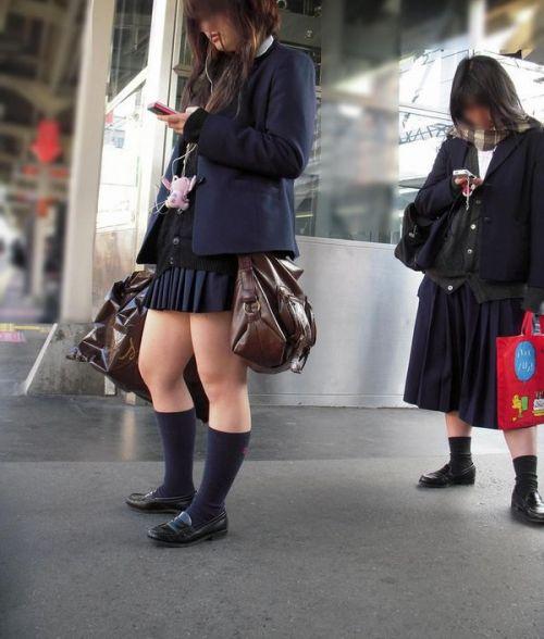 【画像】 電車で大胆に座ってる女子高生の無防備な太ももがエロ過ぎww 38枚 No.33