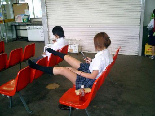 【画像】 電車で大胆に座ってる女子高生の無防備な太ももがエロ過ぎww 38枚 No.34