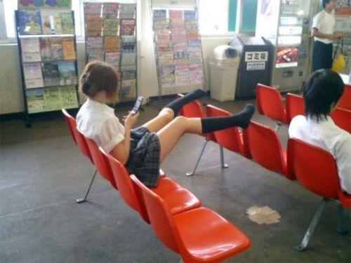【画像】 電車で大胆に座ってる女子高生の無防備な太ももがエロ過ぎww 38枚 No.35
