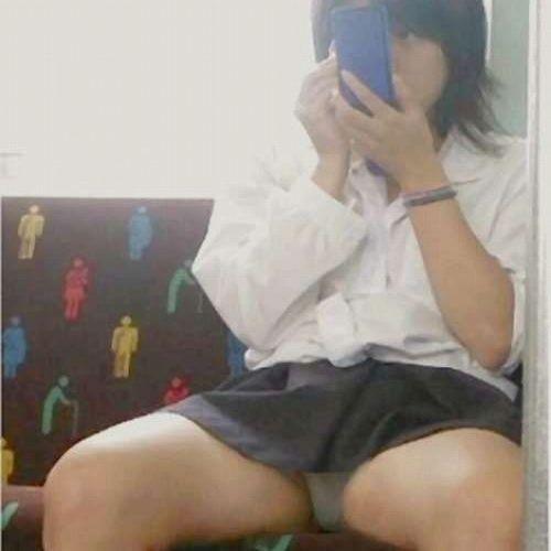 【画像】 電車で大胆に座ってる女子高生の無防備な太ももがエロ過ぎww 38枚 No.1