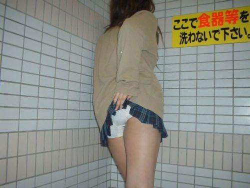 女子高生のミニスカからパンティとお尻がガッツリ見えてるエロ画像 36枚 No.11