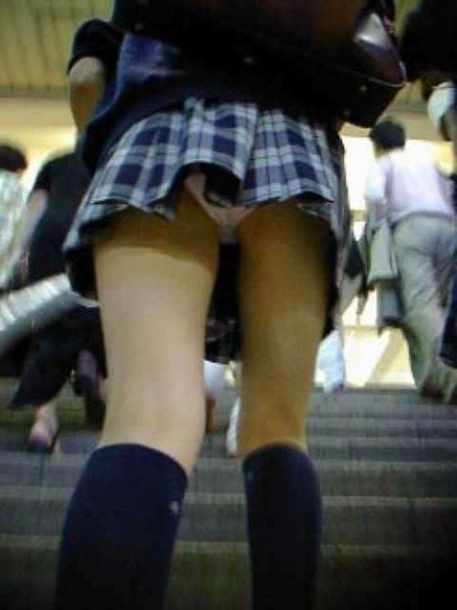 【盗撮画像】どんだけ近くで撮るの?女子高生のパンティ逆さ撮りまとめ 36枚 No.8