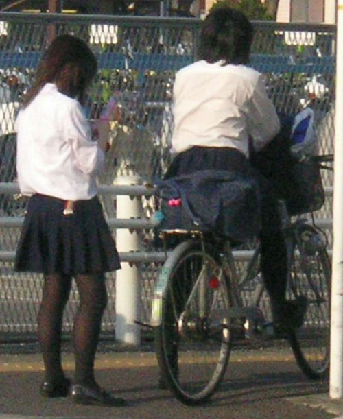 【盗撮画像】ミニスカ女子高生が自転車に乗ると太ももパンチラ見放題 39枚 No.6