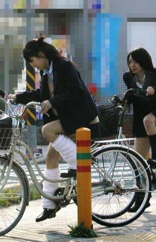 【盗撮画像】ミニスカ女子高生が自転車に乗ると太ももパンチラ見放題 39枚 No.3