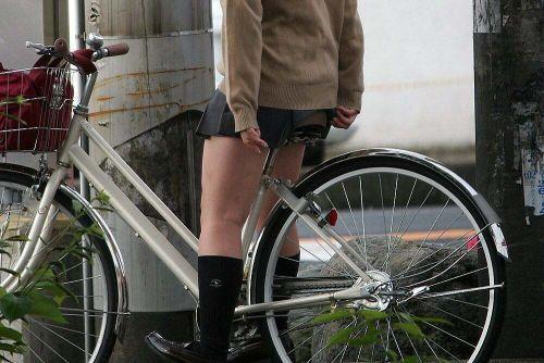 【盗撮画像】ミニスカ女子高生が自転車に乗ると太ももパンチラ見放題 39枚 No.4
