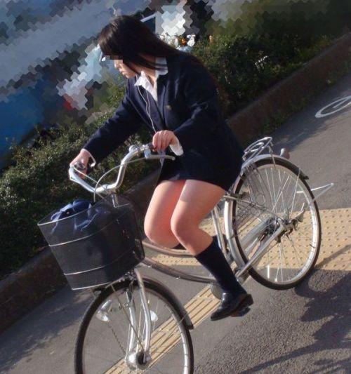 【盗撮画像】ミニスカ女子高生が自転車に乗ると太ももパンチラ見放題 39枚 No.5