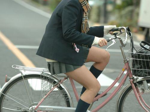 【盗撮画像】ミニスカ女子高生が自転車に乗ると太ももパンチラ見放題 39枚 No.1