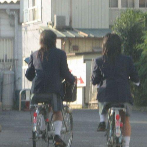 【盗撮画像】ミニスカ女子高生が自転車に乗ると太ももパンチラ見放題 39枚 No.7