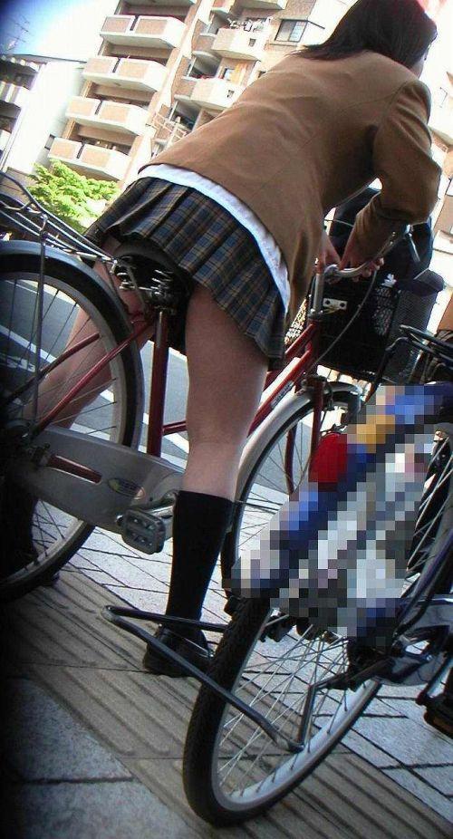 【盗撮画像】ミニスカ女子高生が自転車に乗ると太ももパンチラ見放題 39枚 No.9