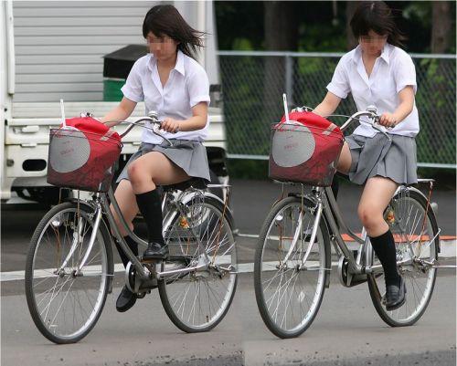 【盗撮画像】ミニスカ女子高生が自転車に乗ると太ももパンチラ見放題 39枚 No.10