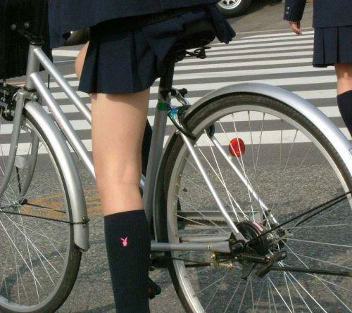 【盗撮画像】ミニスカ女子高生が自転車に乗ると太ももパンチラ見放題 39枚 No.11
