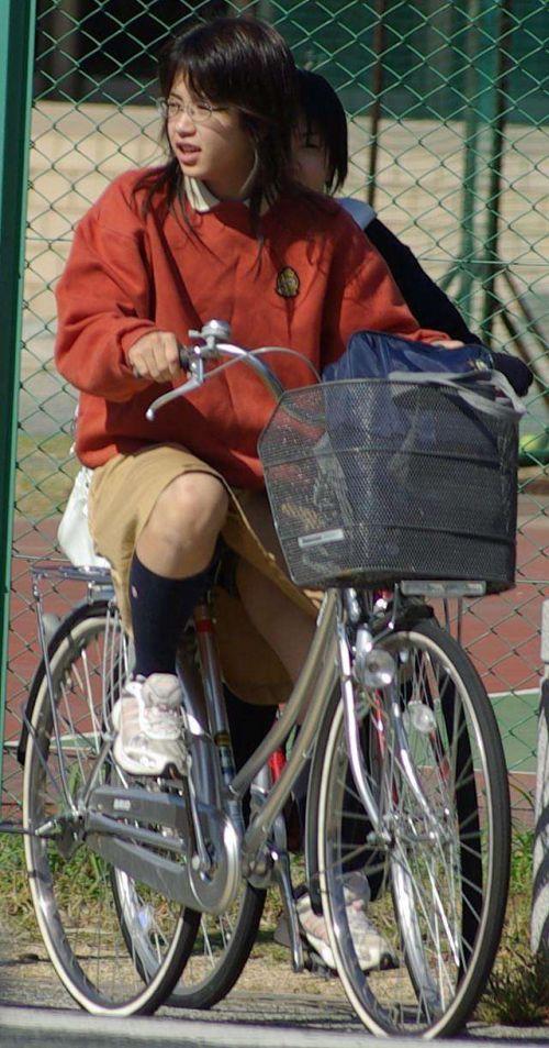 【盗撮画像】ミニスカ女子高生が自転車に乗ると太ももパンチラ見放題 39枚 No.13