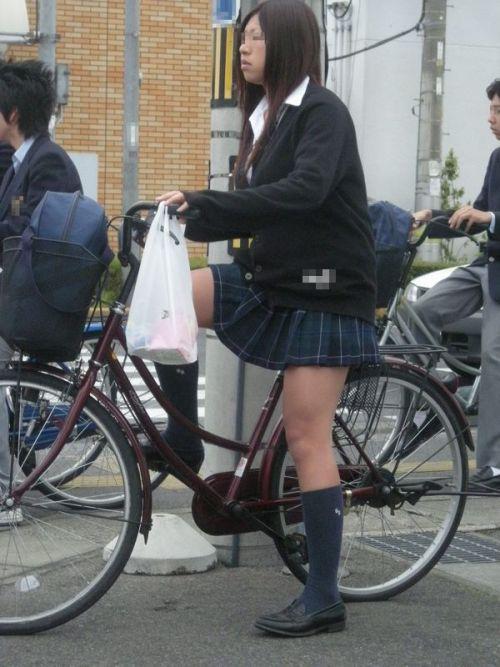 【盗撮画像】ミニスカ女子高生が自転車に乗ると太ももパンチラ見放題 39枚 No.14