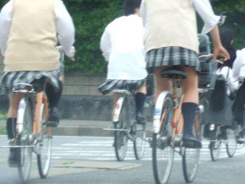 【盗撮画像】ミニスカ女子高生が自転車に乗ると太ももパンチラ見放題 39枚 No.16