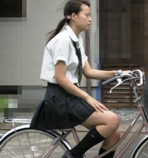 【盗撮画像】ミニスカ女子高生が自転車に乗ると太ももパンチラ見放題 39枚 No.17