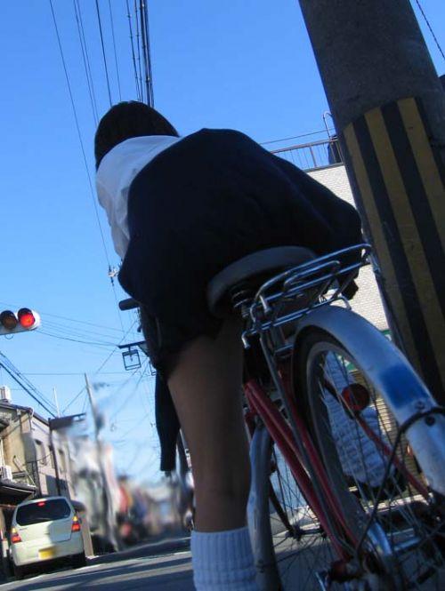 【盗撮画像】ミニスカ女子高生が自転車に乗ると太ももパンチラ見放題 39枚 No.18
