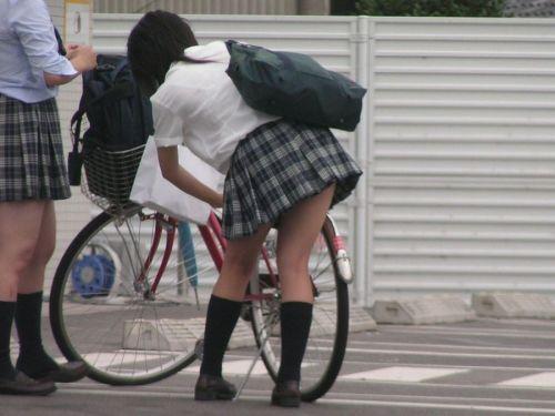 【盗撮画像】ミニスカ女子高生が自転車に乗ると太ももパンチラ見放題 39枚 No.23