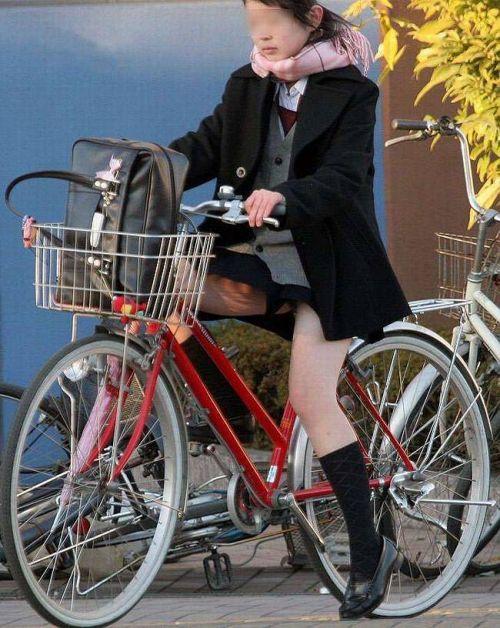 【盗撮画像】ミニスカ女子高生が自転車に乗ると太ももパンチラ見放題 39枚 No.27