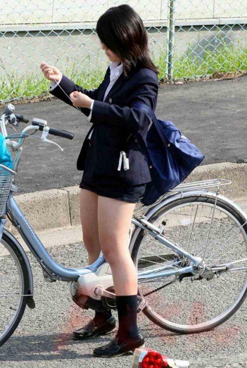 【盗撮画像】ミニスカ女子高生が自転車に乗ると太ももパンチラ見放題 39枚 No.28