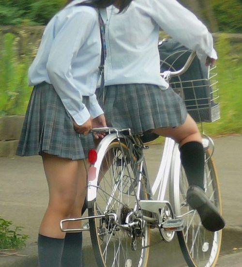 【盗撮画像】ミニスカ女子高生が自転車に乗ると太ももパンチラ見放題 39枚 No.29