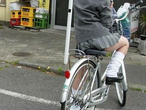 【盗撮画像】ミニスカ女子高生が自転車に乗ると太ももパンチラ見放題 39枚 No.30
