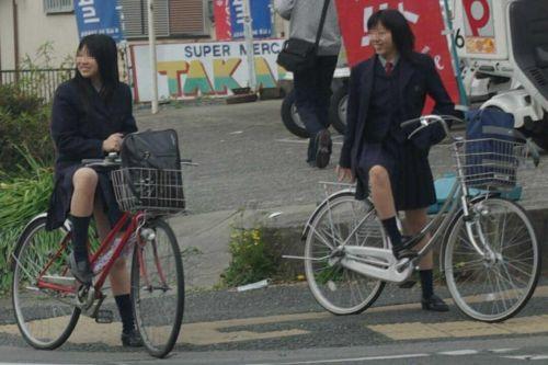 【盗撮画像】ミニスカ女子高生が自転車に乗ると太ももパンチラ見放題 39枚 No.31