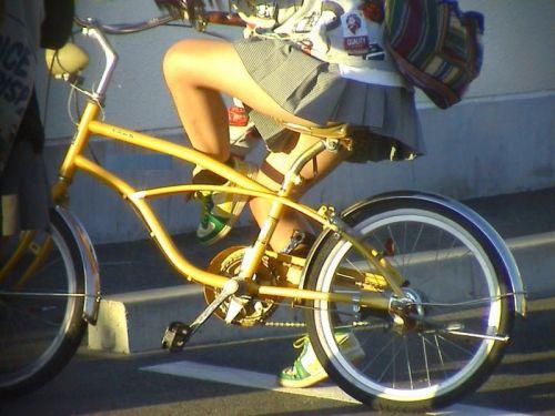 【盗撮画像】ミニスカ女子高生が自転車に乗ると太ももパンチラ見放題 39枚 No.32