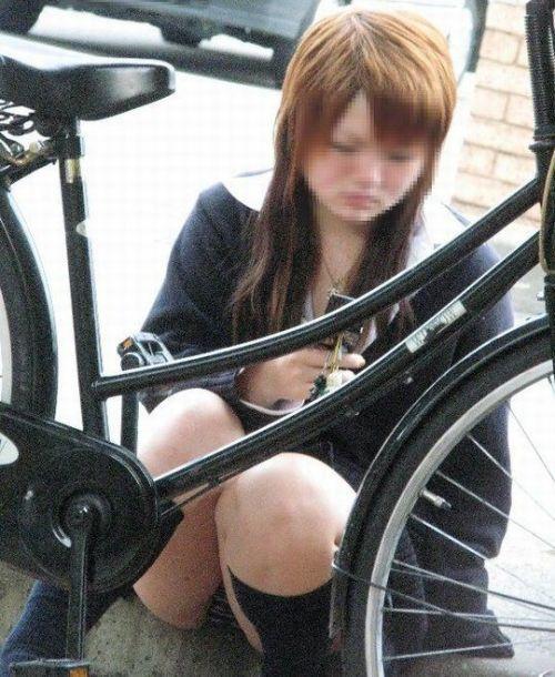 【盗撮画像】ミニスカ女子高生が自転車に乗ると太ももパンチラ見放題 39枚 No.34