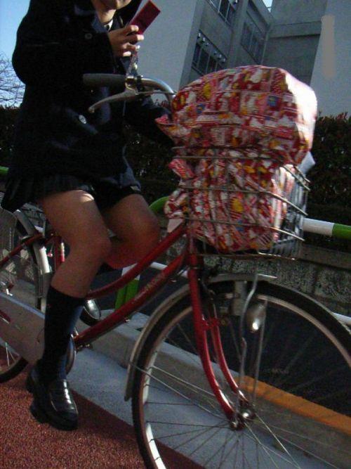 【盗撮画像】ミニスカ女子高生が自転車に乗ると太ももパンチラ見放題 39枚 No.37