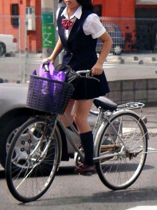 【盗撮画像】ミニスカ女子高生が自転車に乗ると太ももパンチラ見放題 39枚 No.38