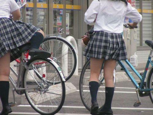 【盗撮画像】ミニスカ女子高生が自転車に乗ると太ももパンチラ見放題 39枚 No.39