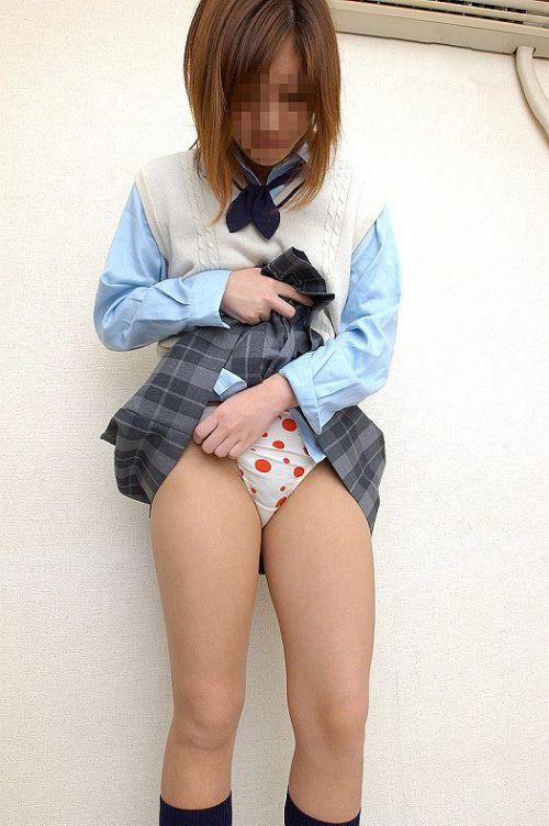 【エロ画像】自分からミニスカの中身を見せてパンモロしちゃう女子高生! 38枚 No.6
