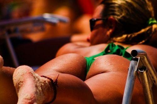 ビーチでお尻を丸出しにしちゃう女の子のTバックのエロ画像 35枚 No.4