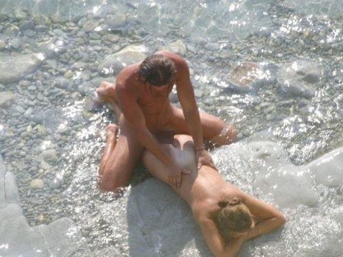 【海外】外人がビーチで野外セックスしちゃってるエロ画像見ちゃう? 36枚 No.3