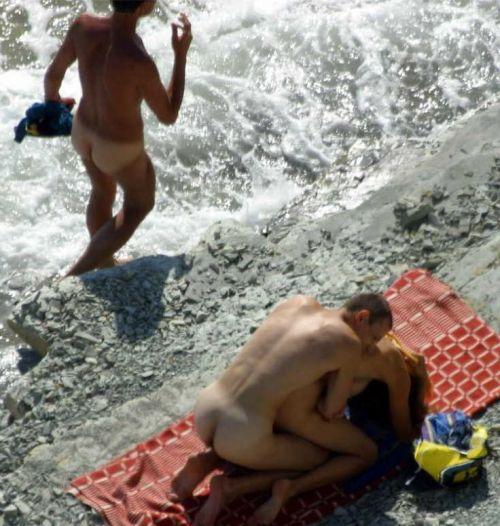 【海外】外人がビーチで野外セックスしちゃってるエロ画像見ちゃう? 36枚 No.27