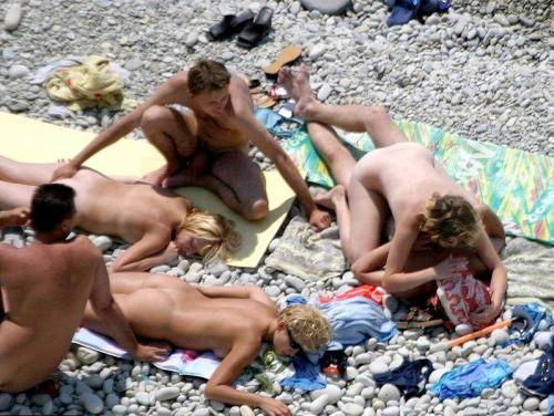 【海外】外人がビーチで野外セックスしちゃってるエロ画像見ちゃう? 36枚 No.28