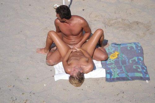 【海外】外人がビーチで野外セックスしちゃってるエロ画像見ちゃう? 36枚 No.35