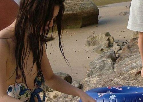 ビーチでビキニの乳首や女性器がポロリしちゃってるエロ画像 43枚 No.13