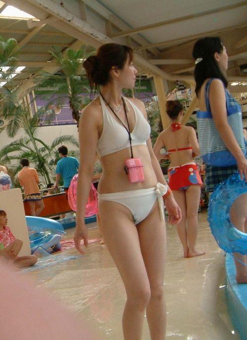 ビーチでビキニの乳首や女性器がポロリしちゃってるエロ画像 43枚 No.26