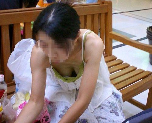 【盗撮画像】前傾姿勢の女の子って胸チラしまくってるよな 40枚 No.6