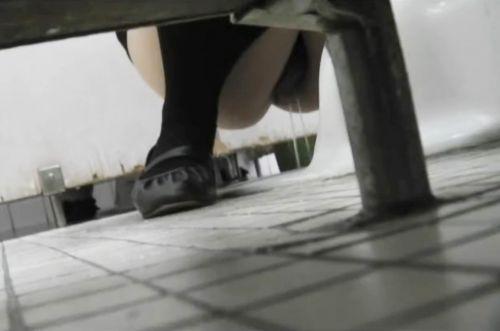 和式トイレを前方から盗撮したエロ画像 35枚 No.21