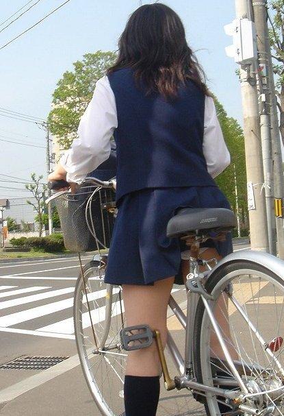 【盗撮】ミニスカからパンチラしちゃうJKの自転車通学エロ画像 43枚 No.12